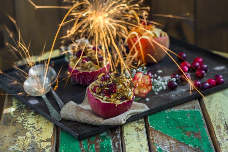 Gevulde gebakken rode appelen met granola, Amerikaanse veenbessen en marsepein royalty-vrije stock foto