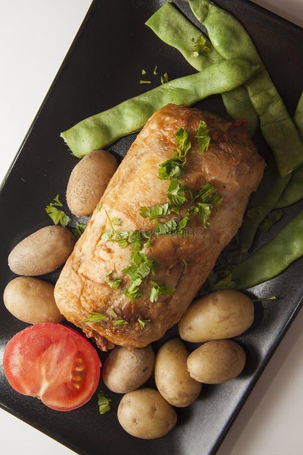 Gevulde kip met aardappel stock afbeelding