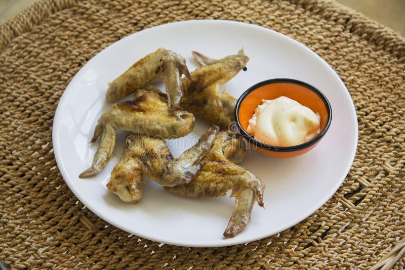 Gevulde kippenvleugels slechts op witte plaat stock afbeelding