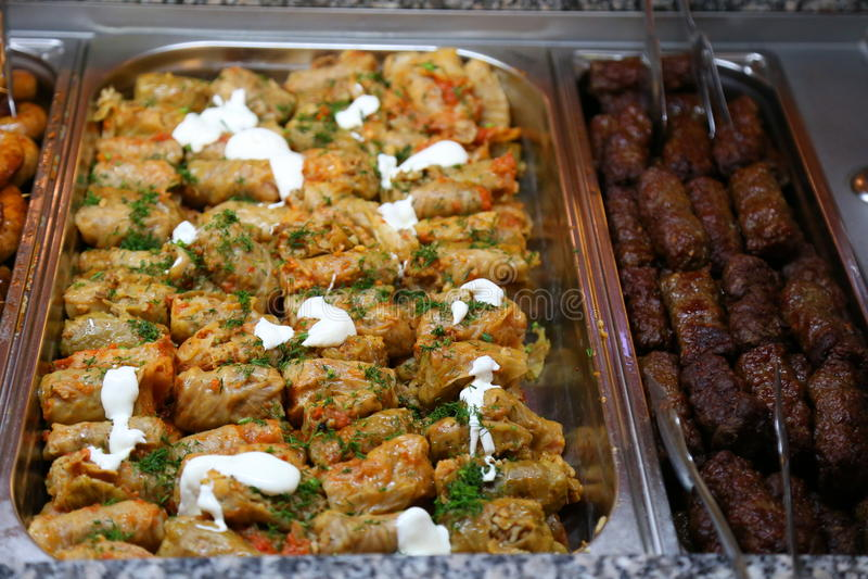 Gevulde koolbroodjes en traditioneel Roemeens voedsel stock afbeelding