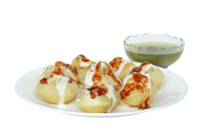 Gevulde panipuri met bovenste laagje van de gestremde melk het zoete tamarinde stock foto's