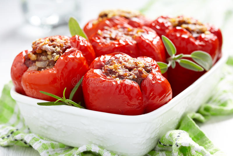 Gevulde peper met vlees en bulgur stock afbeelding