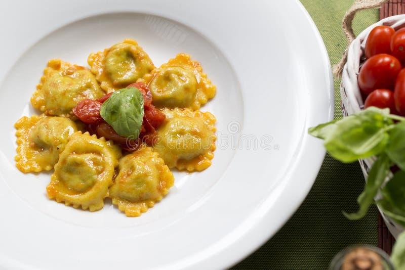 Gevulde ravioli en tomaat stock afbeelding