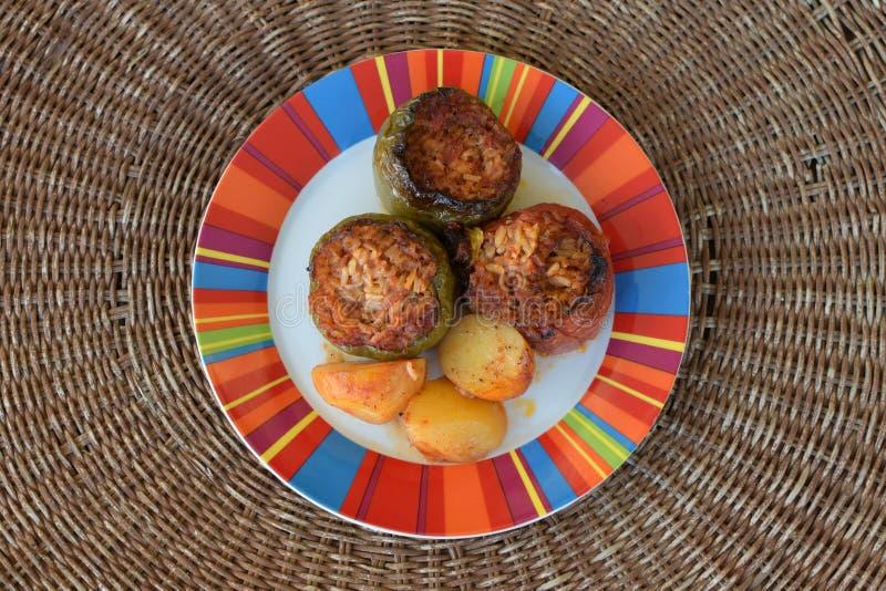 Gevulde tomaat en groene paprika's stock foto's