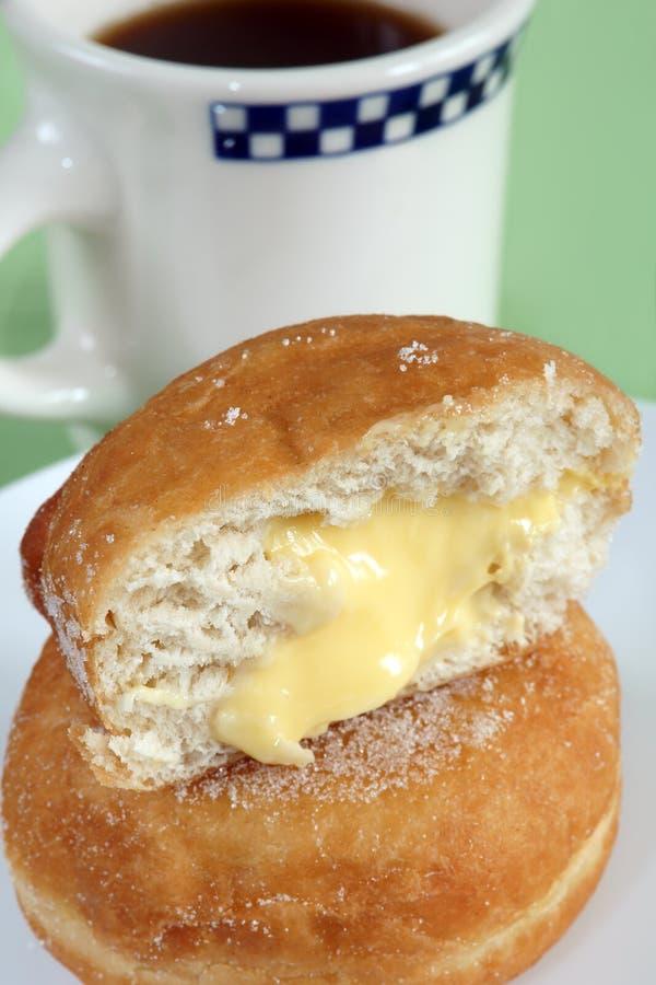 Gevulde vla donuts en koffie royalty-vrije stock fotografie