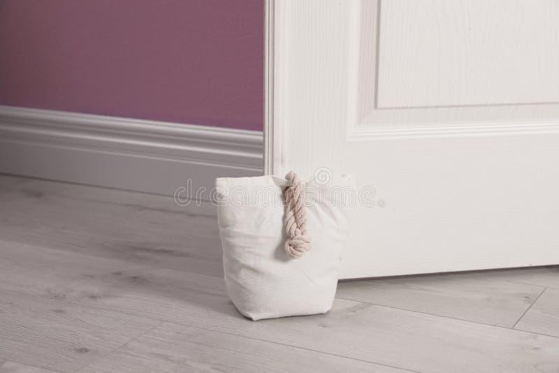 Gevulde zak die houten deur houden royalty-vrije stock afbeeldingen