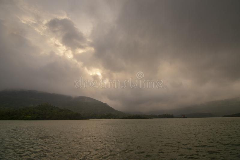 Gewässer des Koyna-Staudamms bei Koyna-Nagar, Satara, Maharashtra, Indien stockfoto