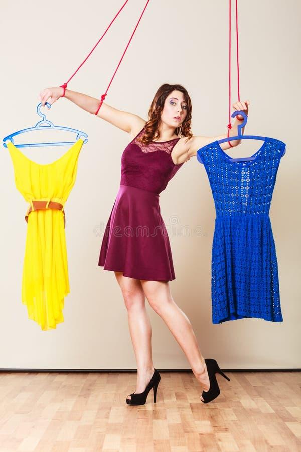 Gewöhnt zu Einkaufsfrauenmädchenmarionette mit Kleidung lizenzfreies stockbild