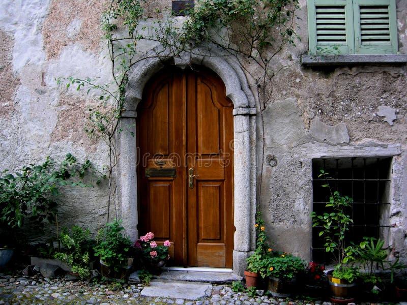Gewölbte Einstiegstür Toskana stockbilder
