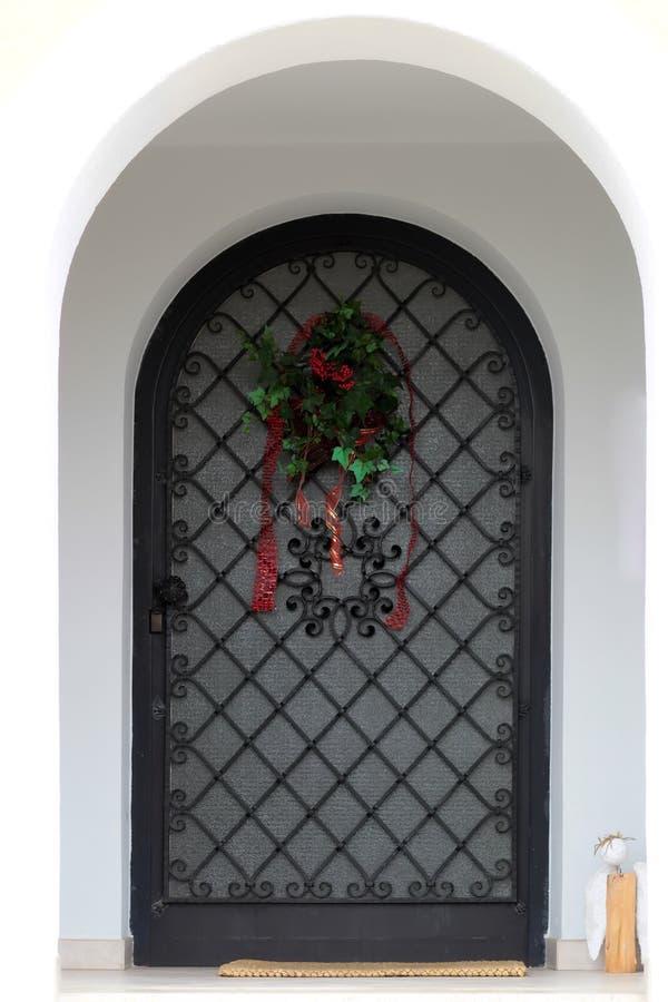 Gewölbte Haustür mit Stangen stockbilder