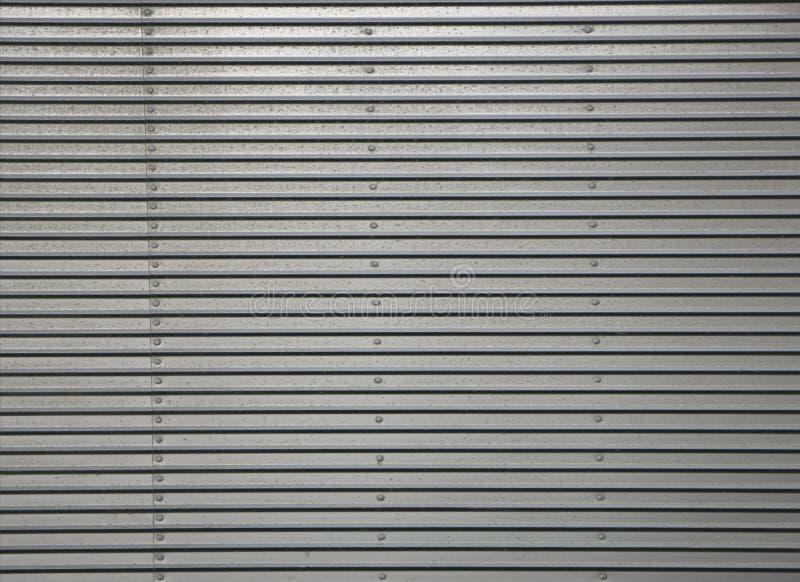 Gewölbte Metallwand, Detail einer Wand zeichnete mit Metall, glänzender Stahl lizenzfreie stockfotografie