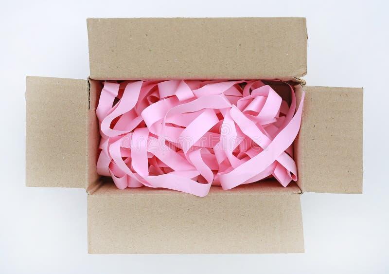 Gewölbte Pappschachtel des offenen Kartons mit Stoßen verhindern des Papiers lokalisiert auf weißem Hintergrund Beschneidungspfad stockfotografie