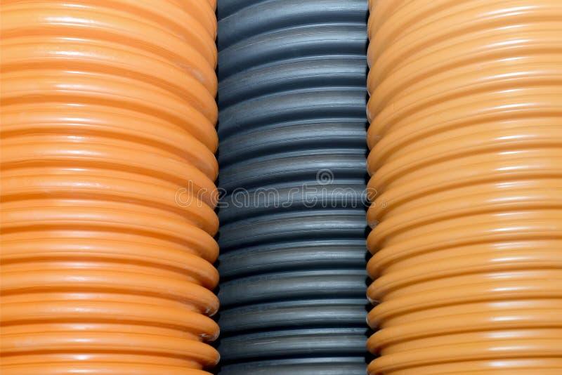 Gewölbte Plastikrohre für Wasserversorgung, Abwasser, Klempnerarbeit stockfoto