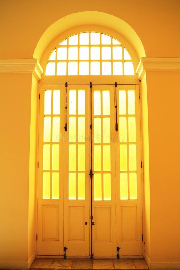 Gewölbte Tür stockbild