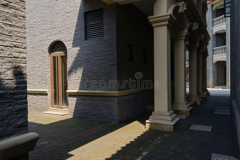 Gewölbte Tür des Gebäudes in der schmalen Gasse lizenzfreie stockfotos