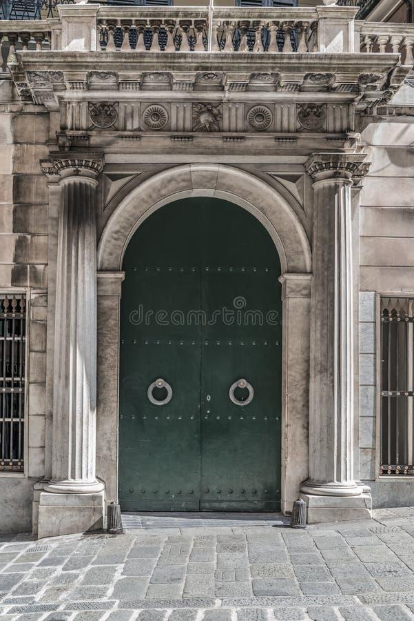 Gewölbte Tür mit dorischen Säulen stockbilder