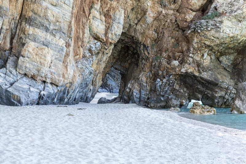Gewölbter Durchgang, Mylopotamos-Strand, Griechenland stockfotos