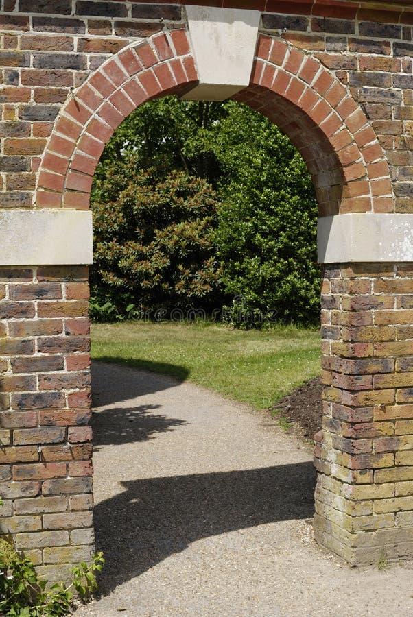 Gewölbter Eingang in der Backsteinmauer stockfoto