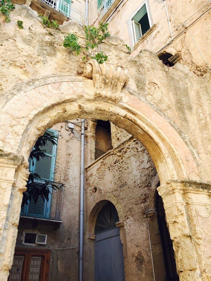 Gewölbter Steineingang stockbild
