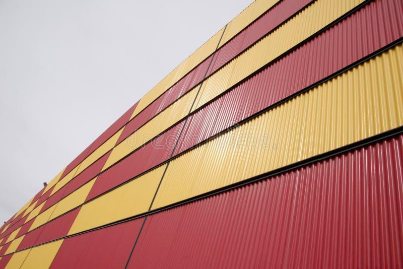 Gewölbtes Abstellgleis auf Gebäude stockbilder
