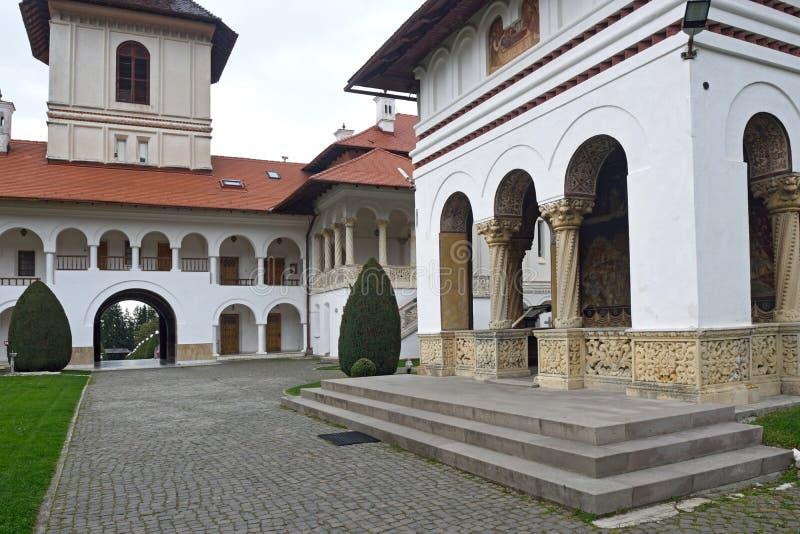 Gewölbtes colonade und Gebäude von Kloster Sambata de Sus in Tran lizenzfreie stockfotos