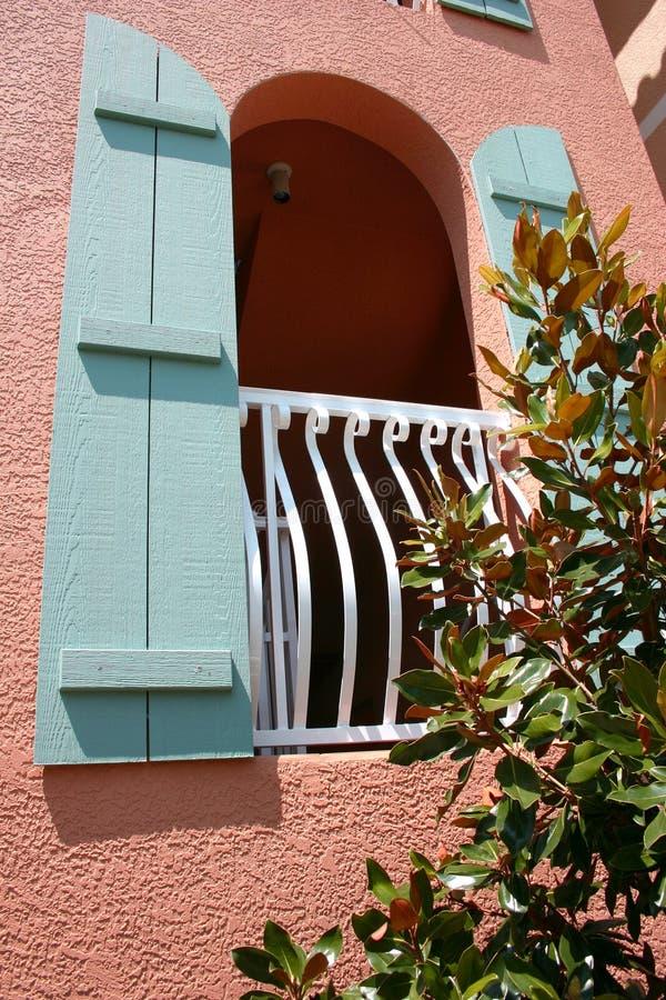 Gewölbtes Fenster mit blauen Blendenverschlüssen lizenzfreie stockfotografie