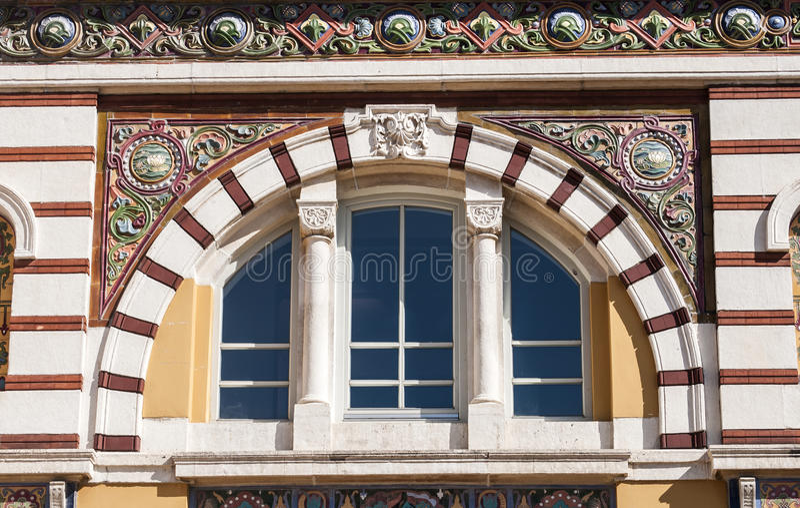 Gewölbtes Fenster mit Verzierungen lizenzfreie stockfotografie