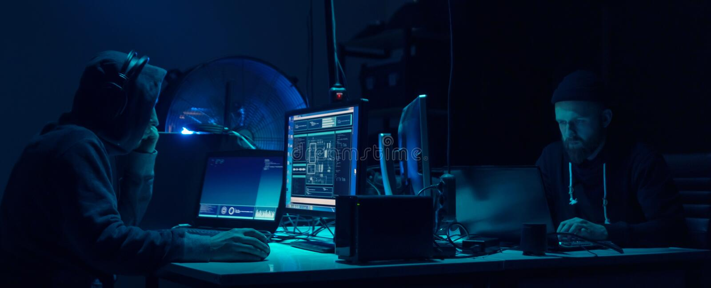 Gewünschte Häcker, die Virus ransomware unter Verwendung der Laptops und der Computer kodieren Cyberangriff, Systembrechen und Sc stockfotografie