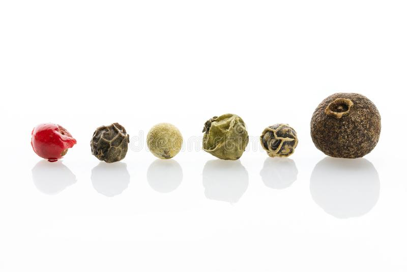 gewürz Jamaikapfeffer-, Schwarze, weiße, Grüne und Rotepfefferkörner mit einer ausgeprägten Beschaffenheitsnahaufnahme stockfotos