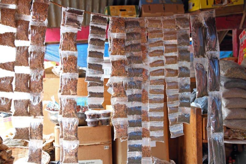 Gewürze, die in den Taschen in einem afrikanischen Markt hängen stockfoto