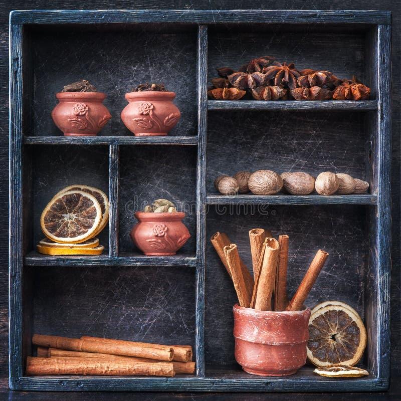 Gewürze in einem hölzernen Behälter. Collage. lizenzfreie stockfotos