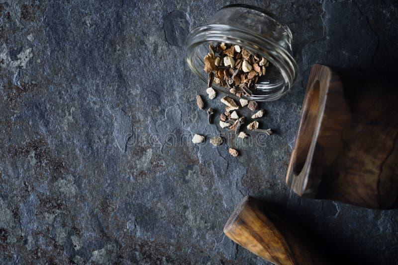 Gewürze mischen auf der Draufsicht des Steinhintergrundes lizenzfreie stockbilder