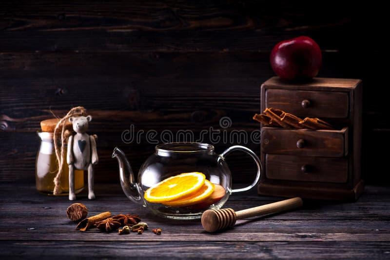 Gewürze und Bestandteile für heißen Weihnachtsglühwein stockfoto