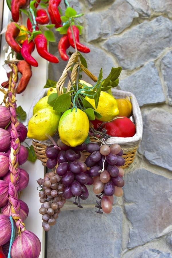 Gewürze und Frucht gemischt im Korb stockbilder