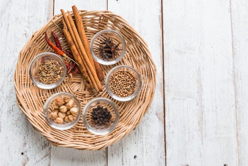 Gewürze und Kräuter auf altem Küchentisch Lebensmittel und Küche ingredie stockbild