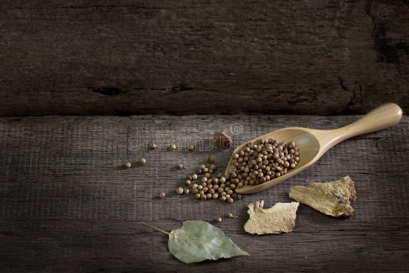 Gewürze und Kräuter auf altem Küchentisch Lebensmittel und Küche ingredie stockfotografie
