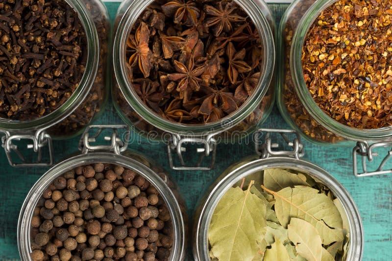 Gewürze und Kräuter in den Gläsern Lebensmittel, Küchebestandteile Hölzerne Tabelle lizenzfreies stockfoto