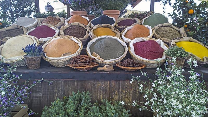 Gewürzkästen mit farbigen reichen schmackhaften verschiedenen Arten von Pulvern und von Drogen lizenzfreie stockfotos