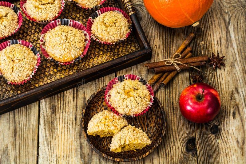 Gewürzte Muffins mit Kürbis und Apfel lizenzfreie stockbilder