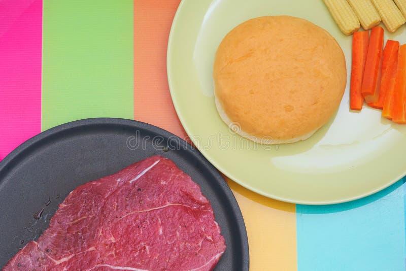 Gewürztes Steak des rohen Fleisches für Koch auf nicht Stockwanne mit rundem sha lizenzfreie stockfotografie