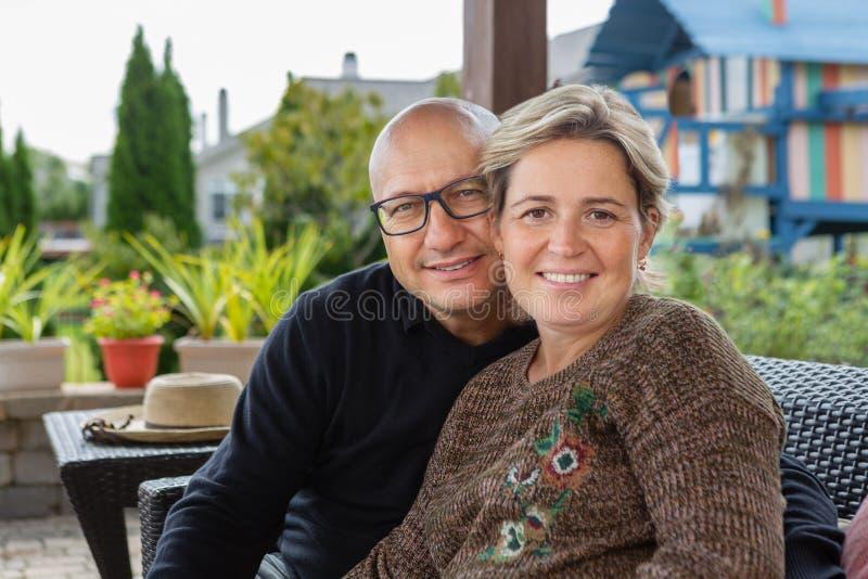 Gewaagde man en vrouw met kort kapsel op terras stock fotografie