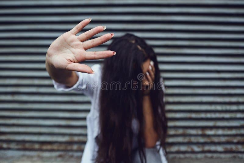 Gewalttätigkeit gegen Frauen Konzept stockfotografie