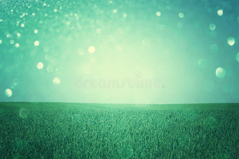 Gewannansicht mit defocused Lichtern oder abstrakter Hintergrund der Fantasie mit Funkeln beleuchtet, Querprozeßeffekt stockfotografie