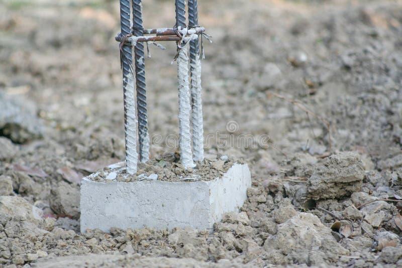 Gewapend beton en staal de structuur van pool voor maakt concrete omheiningsbouw ter plaatse stock foto