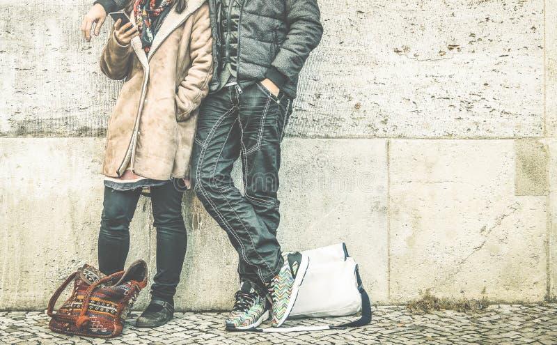 Gewas van multiraciaal paar die mobiele slimme telefoon in stedelijke plaats met behulp van stock foto's