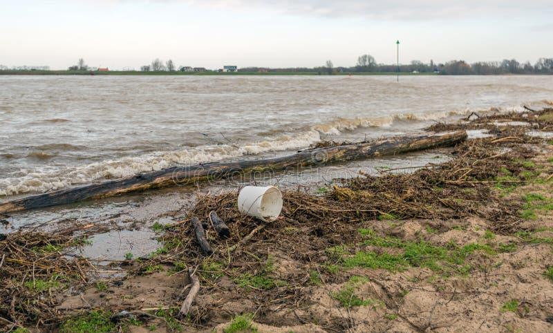 Gewaschen herauf Abfall auf der Bank von einem Fluss stockbild