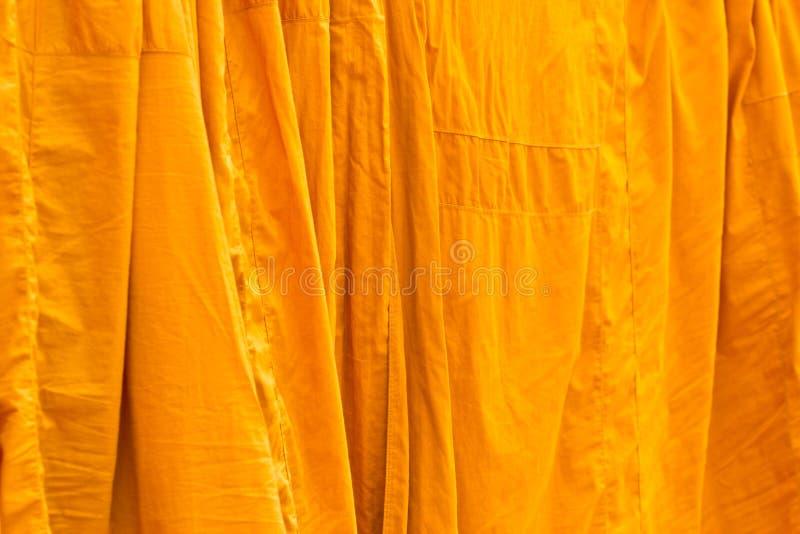 Gewaschene und gehangene Kleidung von buddhistischen Mönchen stockfotos