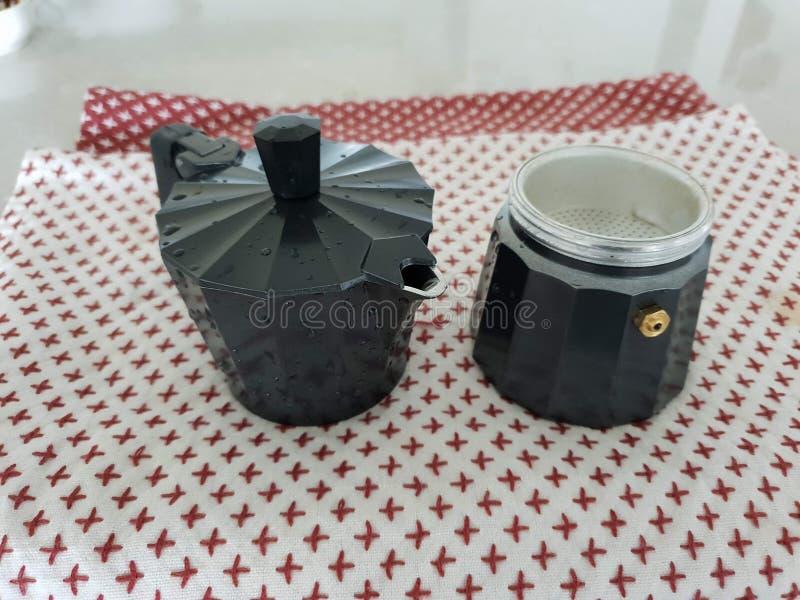 Gewassen Moka-Pot op handdoek stock foto's