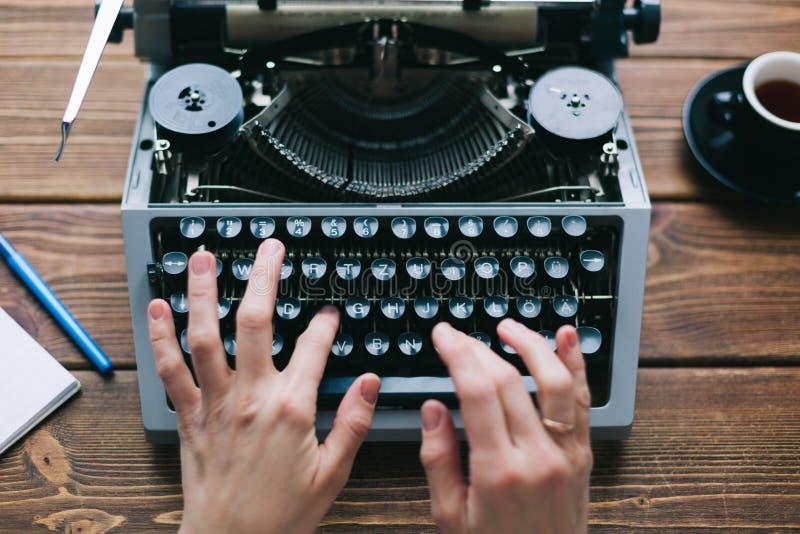 Gewassenpersoon die schrijfmachine met behulp van royalty-vrije stock foto