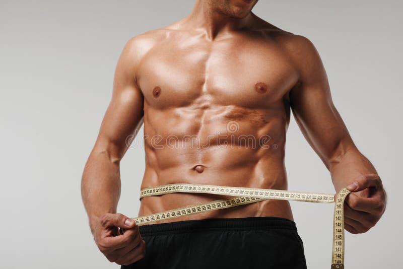 Gewassensportman die torso meten royalty-vrije stock foto's
